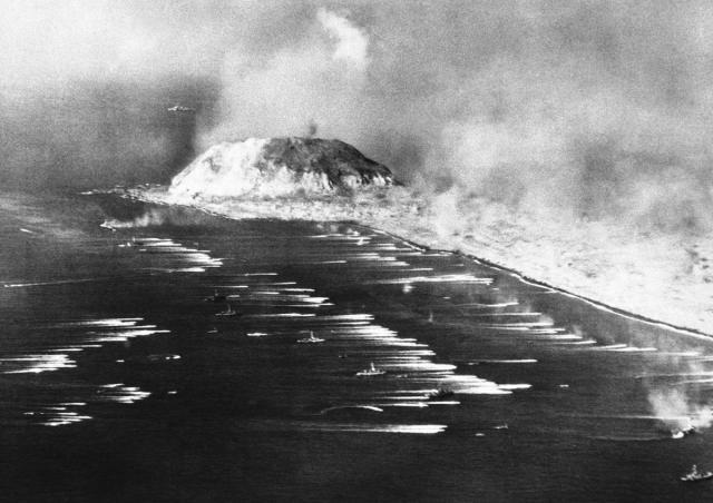 us marines go ashore IWO JIMA japanese island feb 1945
